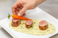 Chef-kok Garnishing Dish stock afbeeldingen