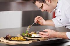 Chef-kok Garnishing Egg Dish met Saus in Keuken royalty-vrije stock afbeelding