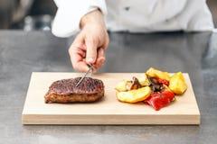 Chef-kok gediend rundvleeslapje vlees Stock Afbeelding