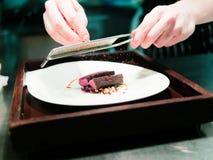 Chef-kok Grating Spice op Hertenvlees met Pinda Royalty-vrije Stock Fotografie