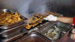 Chef-kok Grilling Meat bij het Buffet van het Barbecuediner Royalty-vrije Stock Afbeelding