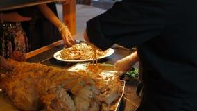Chef-kok Hands die geheel geroosterd varkensmes op scherpe raad snijden stock video