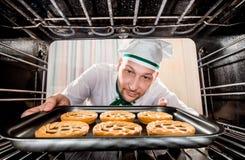 Chef-kok het koken in de oven stock foto