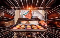 Chef-kok het koken in de oven Royalty-vrije Stock Afbeelding