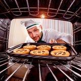 Chef-kok het koken in de oven royalty-vrije stock foto's
