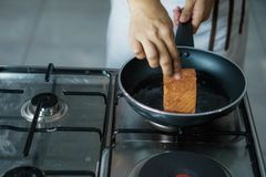 Chef-kok het koken in een restaurant royalty-vrije stock fotografie