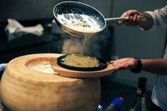 Chef-kok het koken met kaas en spaghetti stock fotografie