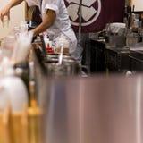 Chef-kok het schoonmaken in de keuken stock foto's