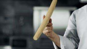 Chef-kok het spelen met rol op het werk De rol van de de handendraai van de close-upmens bij keuken stock footage