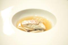 Chef-kok in hotel of restaurantkeuken die en voedsel voor diner koken verfraaien Stock Foto's