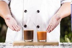 Chef-kok huidig Glas Thaise Thee en Koffie Stock Afbeelding
