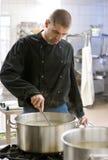 Chef-kok in industriële keuken Royalty-vrije Stock Foto