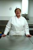 Chef-kok in keuken Stock Afbeeldingen