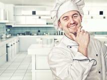 Chef-kok in keuken Stock Foto's
