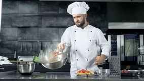 Chef-kok kokend voedsel bij keukenrestaurant Geconcentreerd chef-kok het werpen voedsel stock video