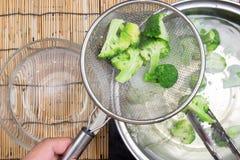 Chef-kok kokende Broccoli in pan royalty-vrije stock fotografie