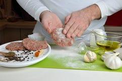 Chef-kok Making Burgers royalty-vrije stock afbeeldingen