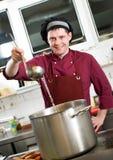 Chef-kok met lepel Stock Foto's