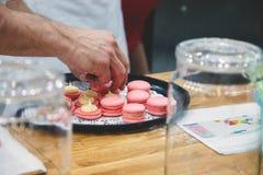Chef-kok met makarons op dienblad bij bakkerij stock afbeeldingen