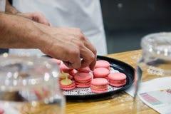 Chef-kok met makarons op dienblad bij bakkerij royalty-vrije stock fotografie