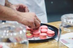 Chef-kok met makarons op dienblad bij bakkerij royalty-vrije stock foto
