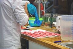 Chef-kok met makarons op ovendienblad bij bakkerij stock foto's