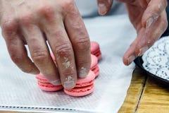 Chef-kok met makarons op ovendienblad bij bakkerij royalty-vrije stock afbeeldingen