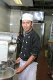 Chef-kok met mixermachine royalty-vrije stock afbeeldingen