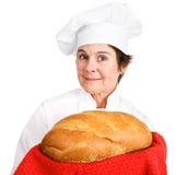 Chef-kok met vers brood Stock Afbeeldingen