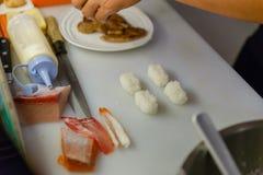 Chef-kok Molding Rice en Foie Gras voor het Maken van Sushi royalty-vrije stock foto