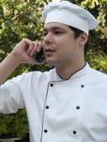 Chef-kok op cellulaire telefoon Royalty-vrije Stock Foto's
