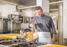 chef-kok op het werk royalty-vrije stock fotografie