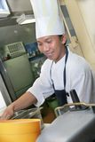 Chef-kok op het werk Stock Afbeelding