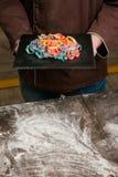 Chef-kok op keuken met kleurentagliatelle Stock Afbeeldingen