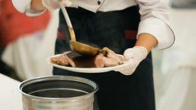 Chef-kok Pouring Dark Sauce op Gebakken Lamsvlees stock video