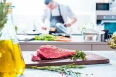 Chef-kok in restaurantkeuken het koken, is hij scherp vlees of lapje vlees royalty-vrije stock foto's