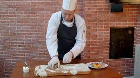 Chef-kok scherp deeg in cirkels stock videobeelden