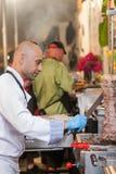Chef-kok scherp vlees van grill royalty-vrije stock foto's