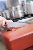 Chef-kok of slagers dobbelend vlees Stock Fotografie