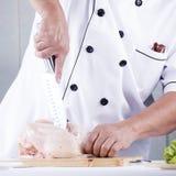 Chef-kok voorbereide het hakken ruwe kip Royalty-vrije Stock Fotografie