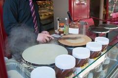 Chef-kok voorbereidingen treffen omfloerst voor de koffie in Parijs Royalty-vrije Stock Afbeeldingen