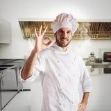 Chef-kok zeker in keuken Royalty-vrije Stock Afbeeldingen