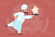 Chef-kokcook Hold Star Award de Glimlachende Leider van het Beeldverhaalrestaurant in Witte Eenvormig over Houten Geweven Achterg Royalty-vrije Stock Afbeeldingen