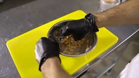Chef-kokhanden die het vullen voor broodjes van krabstokken en saus voorbereiden op plaat stock footage