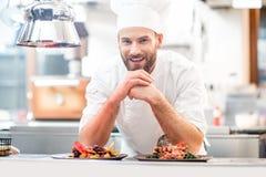 Chef-kokkok bij de keuken stock afbeeldingen