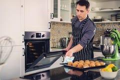 Chef-kokkok die aan een moderne keuken thuis werken stock fotografie
