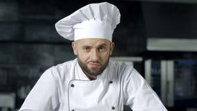 Chef-kokmens die bij keukenrestaurant voorbereidingen treffen te koken Portret van ernstige mannelijke chef-kok stock video