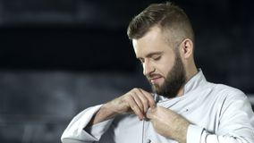 Chef-kokmens die bij professionele keuken voorbereidingen treffen te koken Portret van gelukkige mannelijke kok stock video