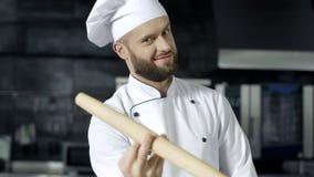 Chef-kokmens het spelen met rol bij keuken Portret van professionele chef-kok stock videobeelden