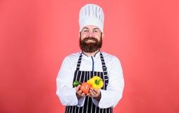 Chef-kokmens in hoed Geheim smaakrecept Gebaarde mensenkok in culinaire keuken, vegetariër Rijpe chef-kok met baard dieting royalty-vrije stock afbeeldingen
